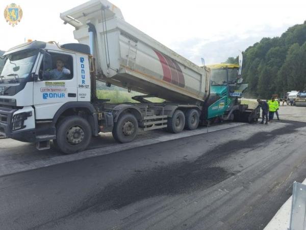 Дорожники розпочали асфальтувати міст у Крушельниці