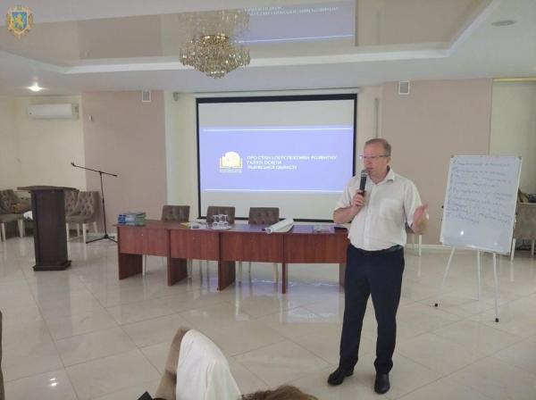 Директорам шкіл у межах Освітньої академії розповіли про Стратегію розвитку освіти Львівщини